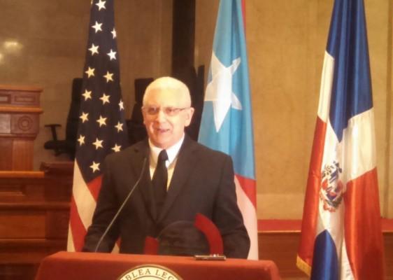 Dr. Ramón Ceballo, es medico, y reside en la ciudad de Miami