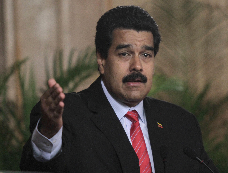 """Maduro denuncia un """"complot militar"""" a unas horas de la marcha de la oposición"""