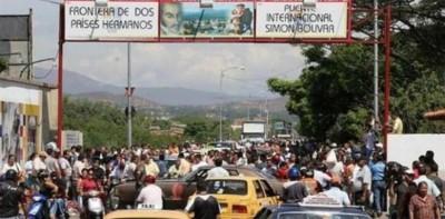 Centenares de venezolanos cruzando la frontera con Colombia.