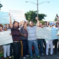 Seilán Terrero presidente del Sindicato de Trabajadores junto a los demás empleados que exigen una solución al problema.