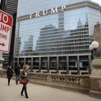 La Torre Trum en Chicago, próximo a la cual alguien puso este letrero.