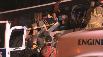 Mueren 13 personas y 31 resultan heridas tras el choque de un autobús con un camión