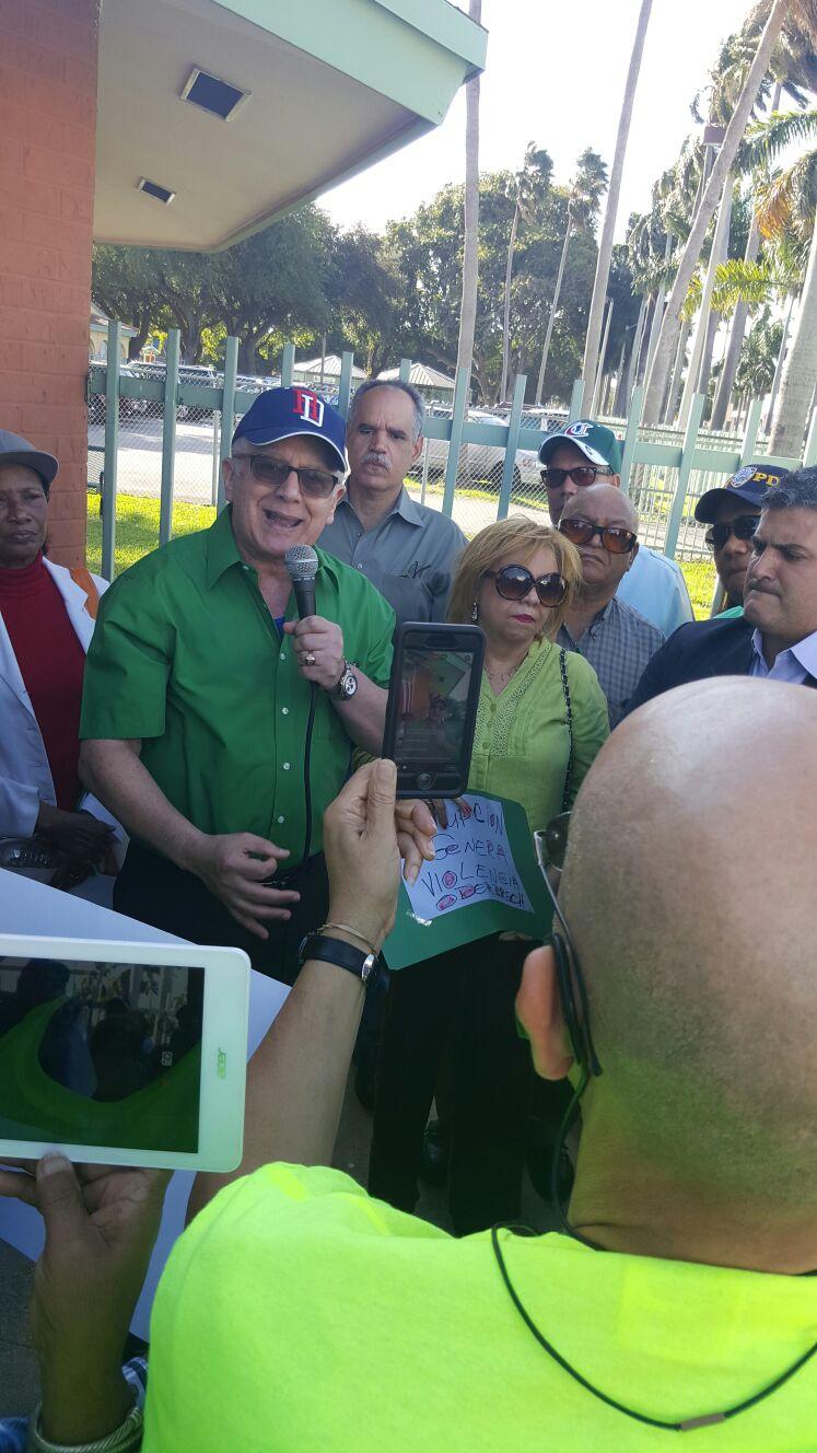 Dr. Ramon Ceballo, mientras pronunciaba las palabras centrales de la manifestacion efectuada en la ciudad de Miami