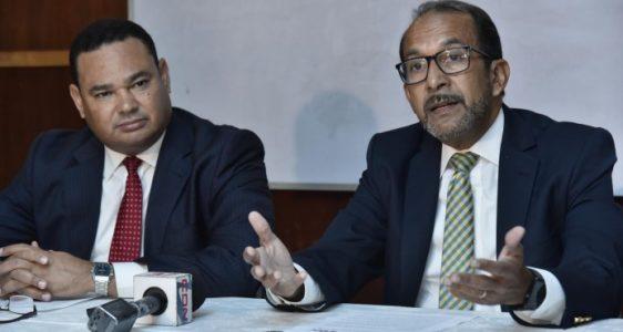 Franklin Vásquez, decano de Economía, y Rafael Espinal, coordinador de la Escuela de Economía de INTEC