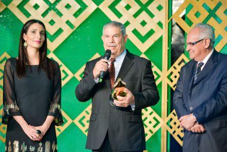 """Desde izq. Pamela Ortíz de la firma Brugal, Isidro Barros recibiendo el premio """"Acroarte al Mérito Periodístico"""" y Napoleón Beras ex presidente de Acroarte."""