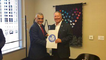 El viceministro de Relaciones Exteriores Dr. Carlos Gabriel Garcia recibe la distinción de manos del alcalde de la ciudad de Orlando, Buddy Dyer. Foto Gheidy de la Cruz-Diáspora Dominicana