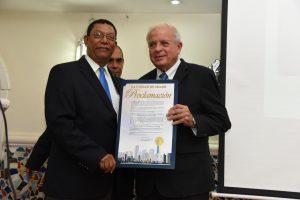 El honorable Tomas Regalado, entrega a Pedro Diaz Ballester la Proclama de la Ciudad de Miami, en el 40 Aniversario de Ballester Group;