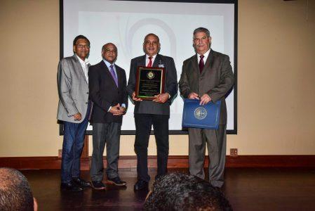 Momento que el Cónsul Miguel Ángel Rodríguez y el vice cónsul Virgilio García entregan la placa al Locutor Sánchez, a la derecha Isidro Barros.