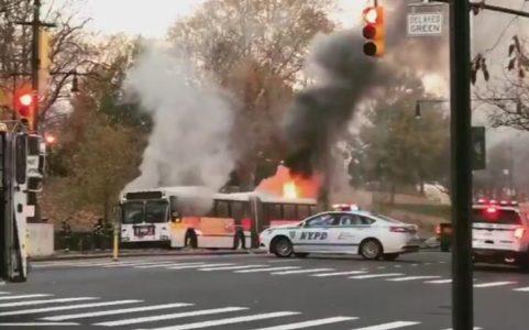Autobús NY estalla en llamas con pasajeros a bordos; iban criollos