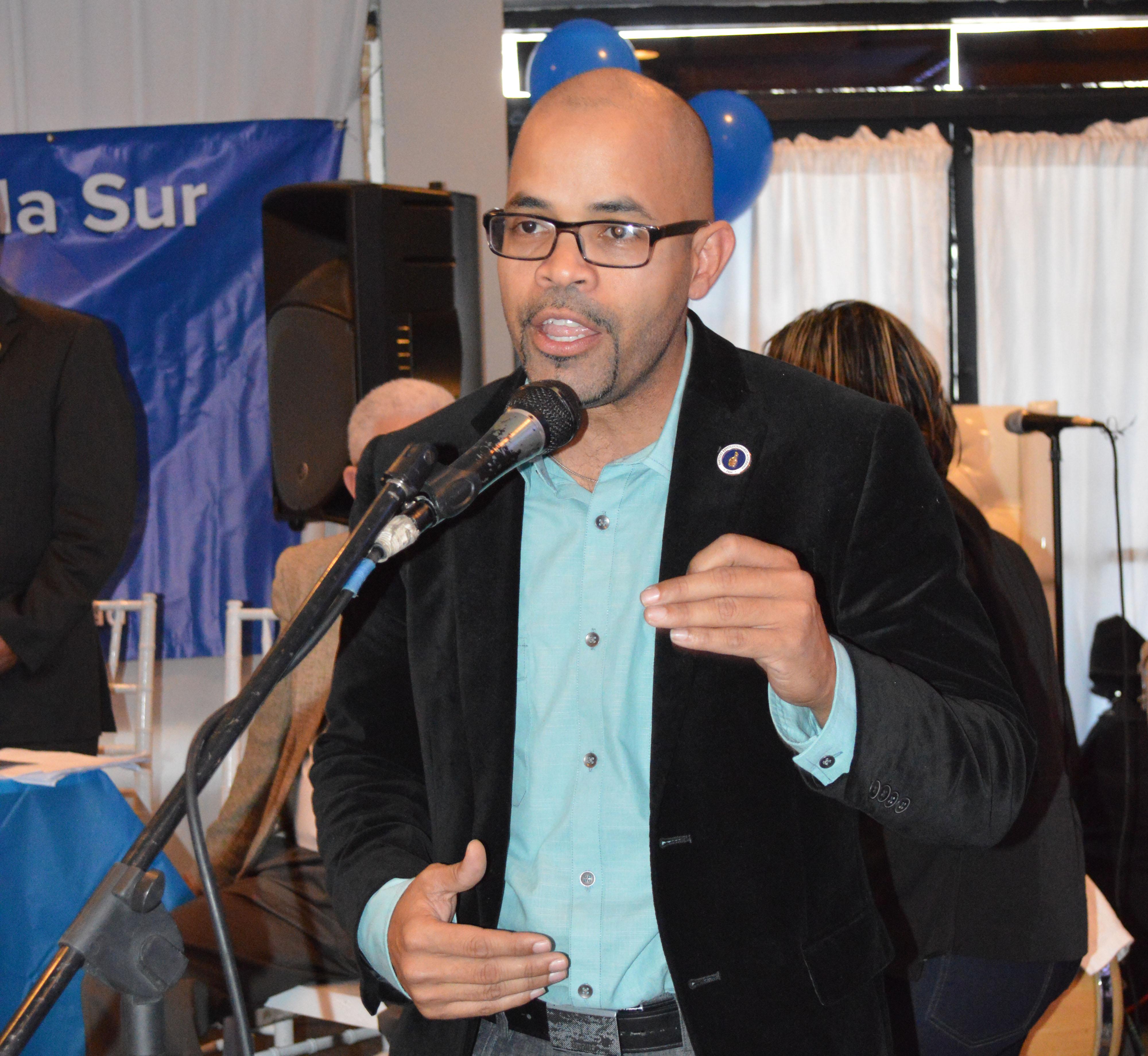 Lic. Edward Cruz, candidato a presidente de la Seccional de Miami,  mientras se dirige a los presentes